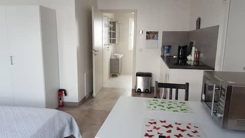 Modern, ljus, bottenvåningen lägenhet för 2 München