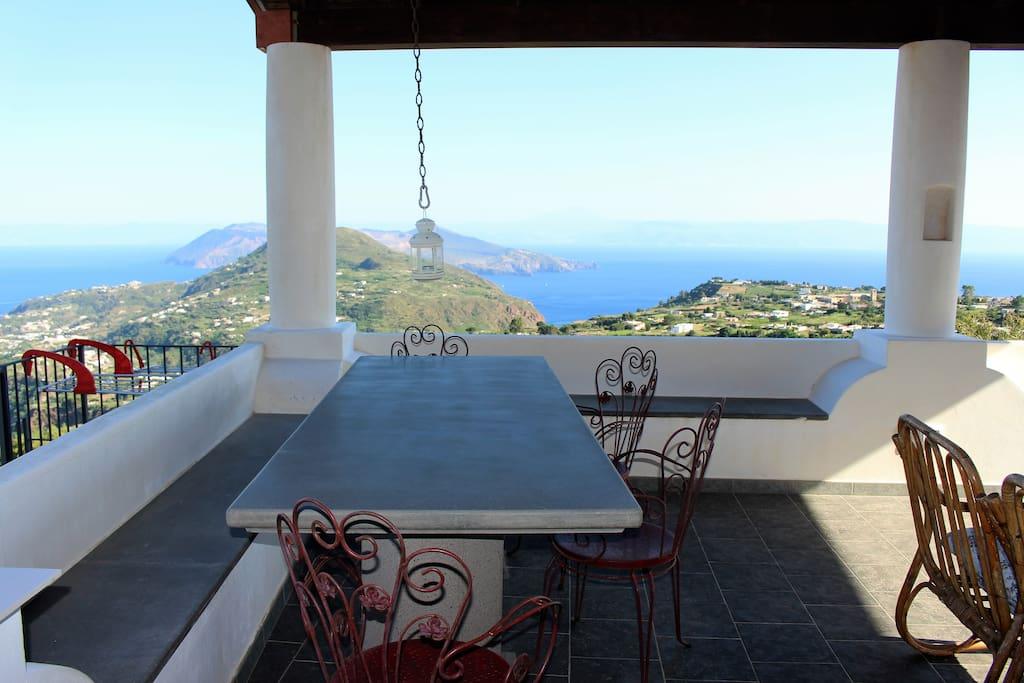 Tavolo in pietra vulcanica e scorcio sud