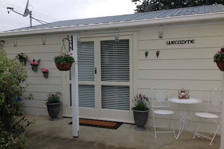 4 Paddocks cottage Bed and Breakfast - Greytown