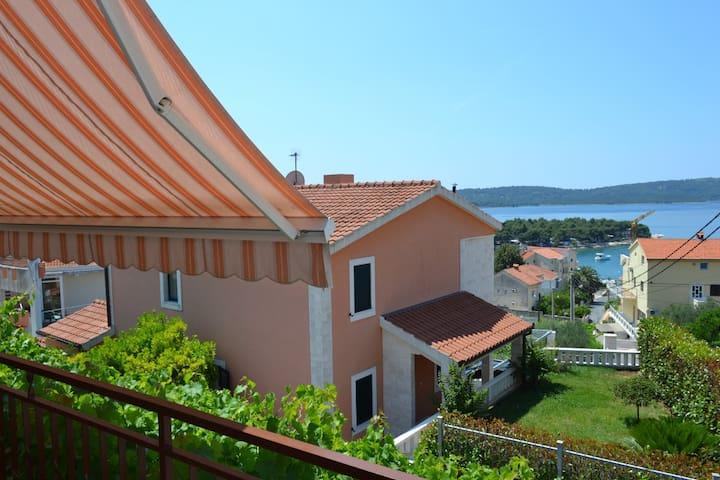 Spacious 3BD Apt near Trogir center - Trogir - Apartment