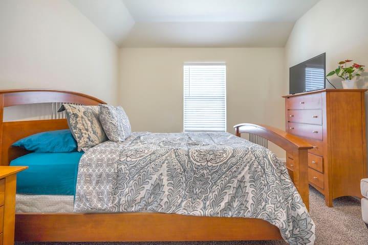 Room number #2 : Queen size bed.