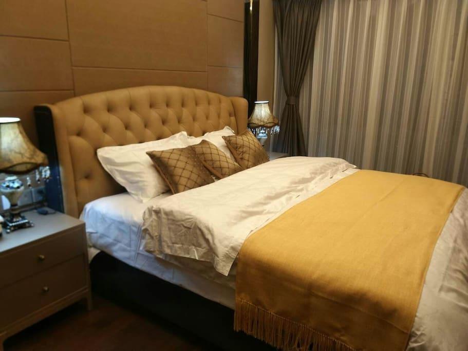 270度圆弧主卧,1.8米大床,喜临门高端真皮床具,享受美梦的同时,一览天府广场美景