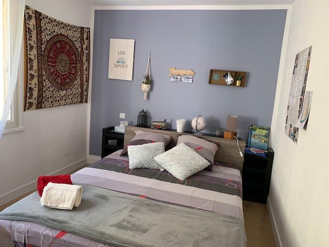 Chambre avec salle de bain privée dans maison calm