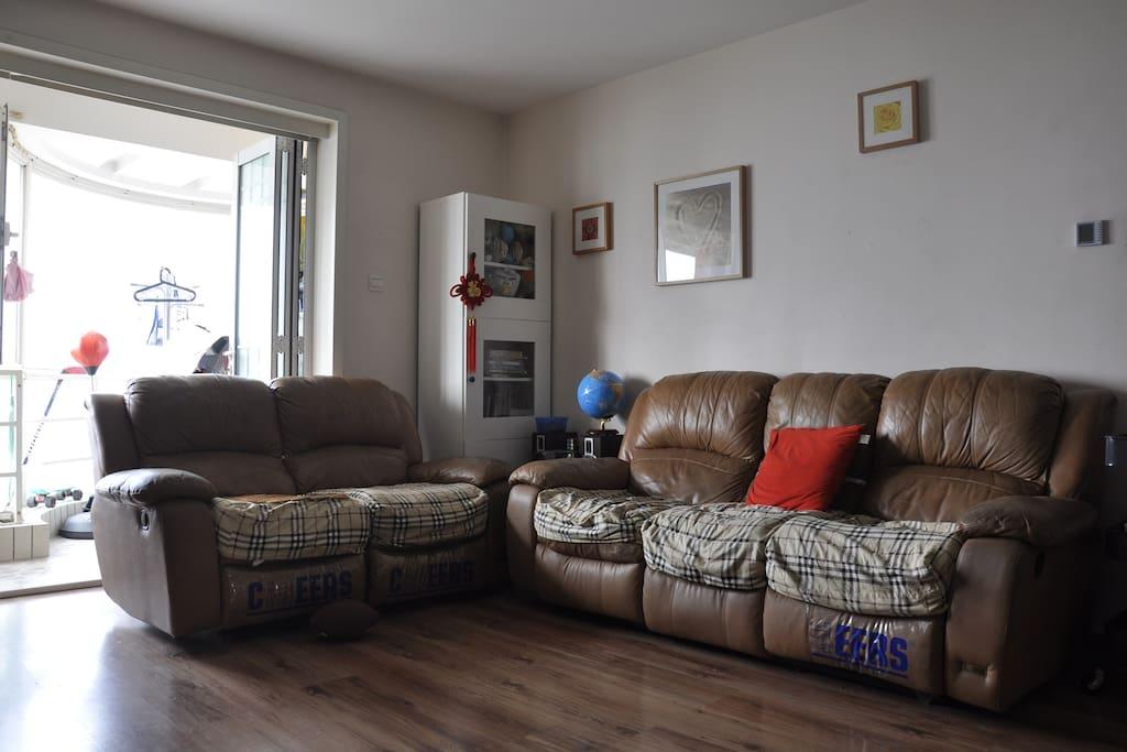 芝华士皮沙发,沙发腿部可打开伸展身体,非常舒适。