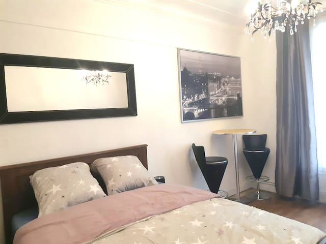 Chic & spacious room well located - metro - Paris