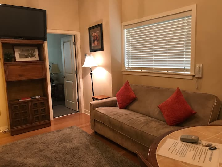 208/    Yakima Downtown Apartment,  Sleeps 4