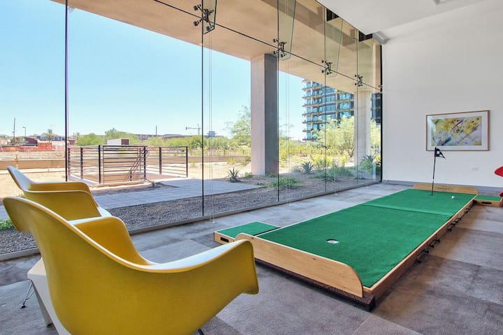 Practice your short game on the indoor golf putting green, located in the communal area.