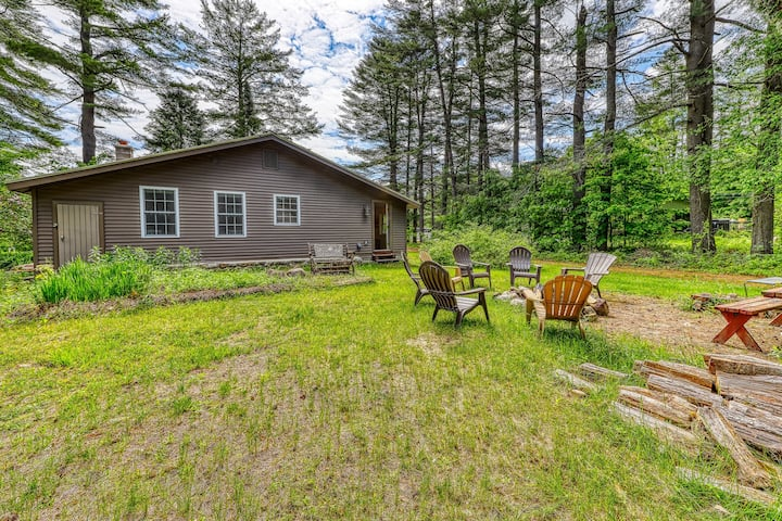 Single-level, spacious house w/ firepit & spacious yard - lake access nearby