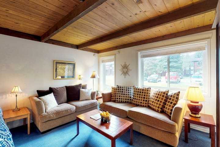 Cozy studio w/new king  bed & access to skating rink, Pavillion & amenity pass!