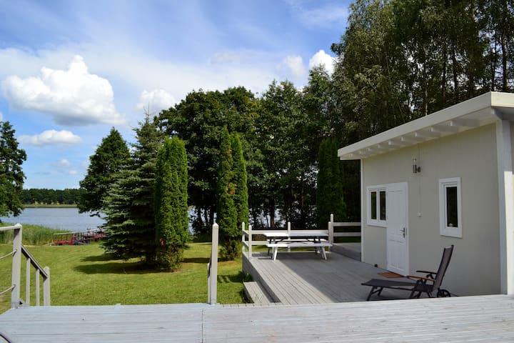 Skandynawski domek nad jeziorem
