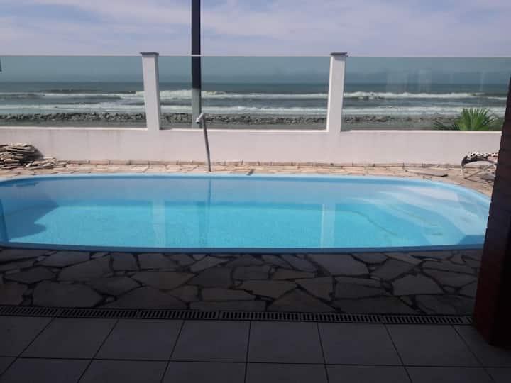 ampla residência beira mar com piscina