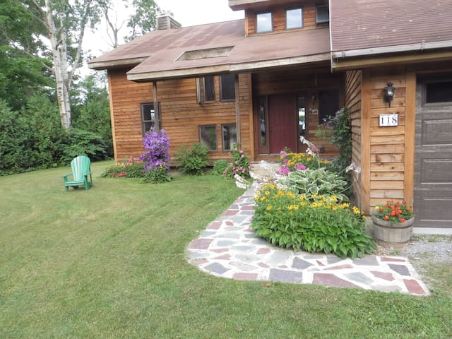 Yr. Round Lakefront Home-free wifi, pets allowed