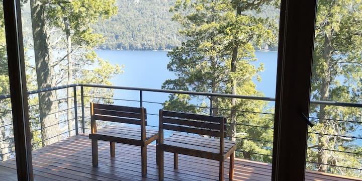 Departamento sobre el lago con vista a la montaña