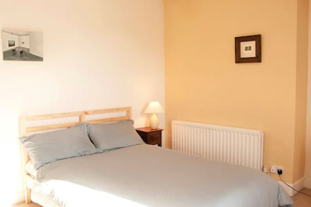 Soft & Sunny Top Floor Double Room - Belfast