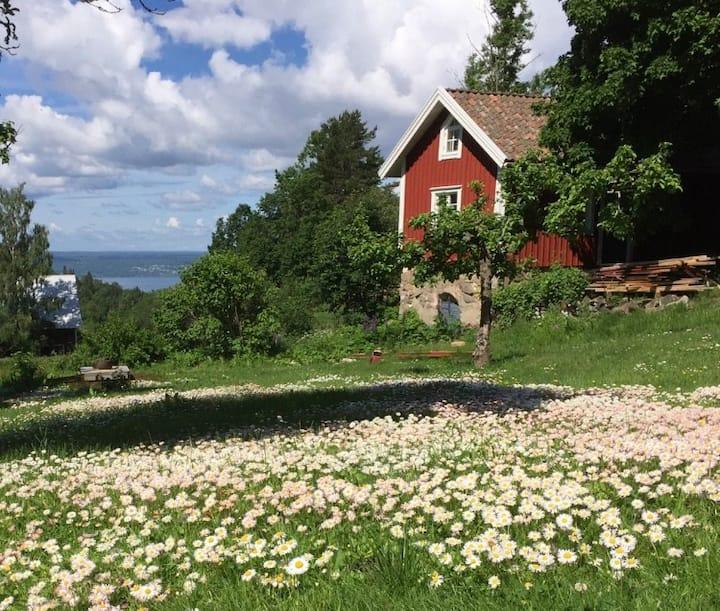 Timmerstuga i lantlig idyll nära Jönköping
