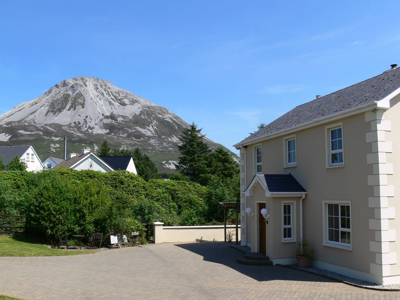 A spacious 3 bedroom cottage located in the village of Dunlewey at the foot of Errigal Mountain