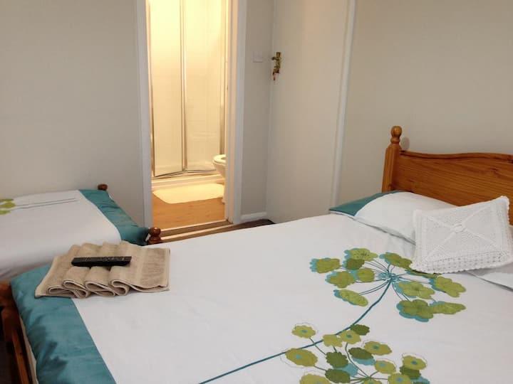 En suite Double Room 5min from Heathrow Airport