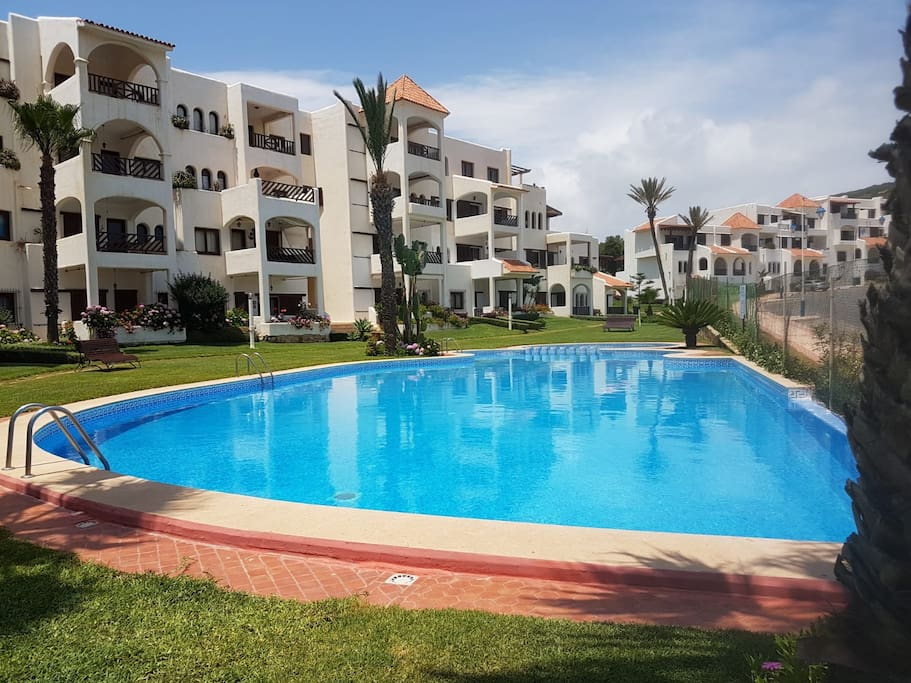 Voici la piscine numéro 4 c'est une piscine à débordement