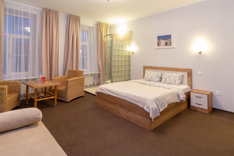 Просторный номер 25 кв. метров с двухместной кроватью, диваном , который раскладывается и собственной душевой кабиной. Идеально подойдет как для семьи , так и для двоих отдыхающих, любящих большое пространство для проживания.