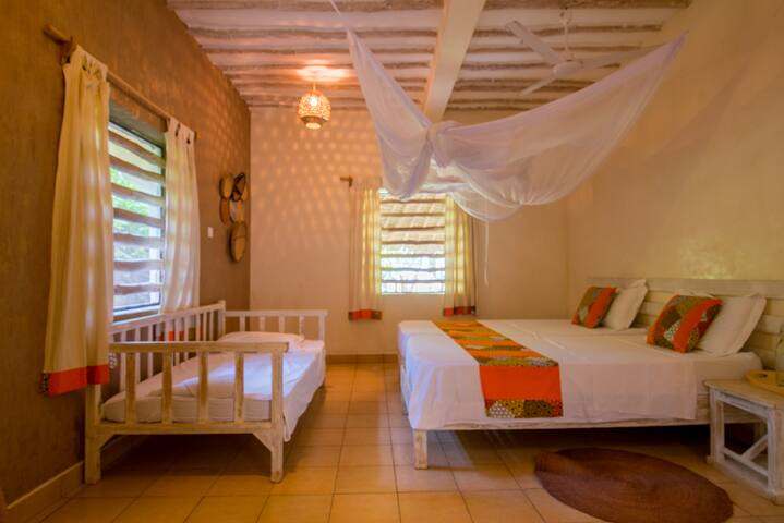 Luxurious rustic private room 300m from the beach