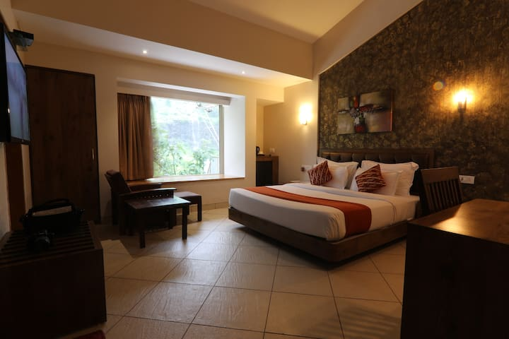 Premium room for 2 with balcony near lonavala lake
