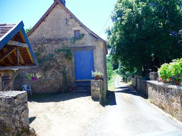 Beautiful and Rare Renovated Artist Studio for 3-4 - Sainte-Eulalie-d'Ans - Huis