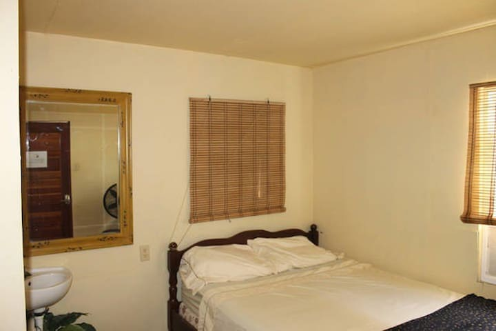 Pvt room and bath w AC double bed Caye Caulker - Belize - Pis