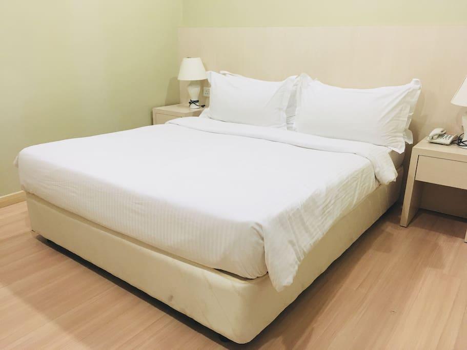 1st Bedroom cum with 1 Queen Bed