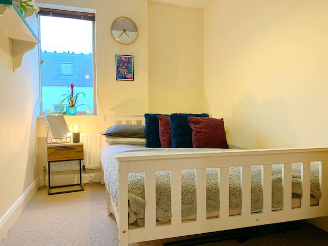 COSY Double Room - Parking & Breakfast inc