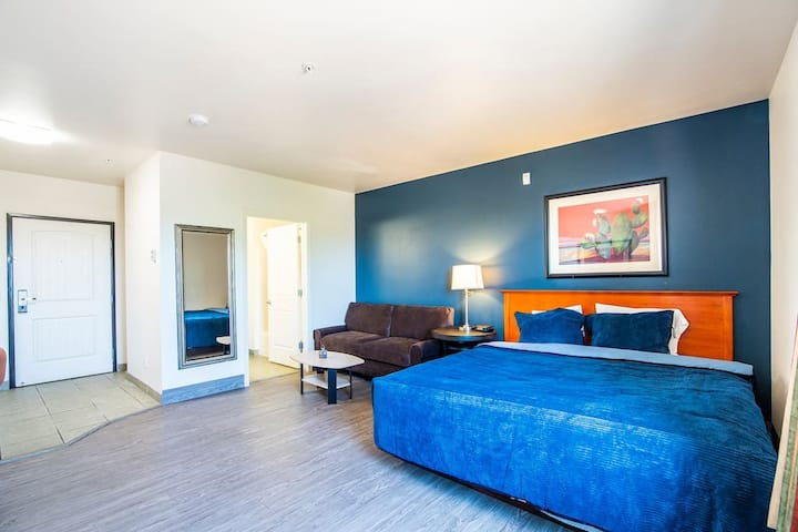 The Vistas Modern double studio w 1 queen beds, couch and full kitchen