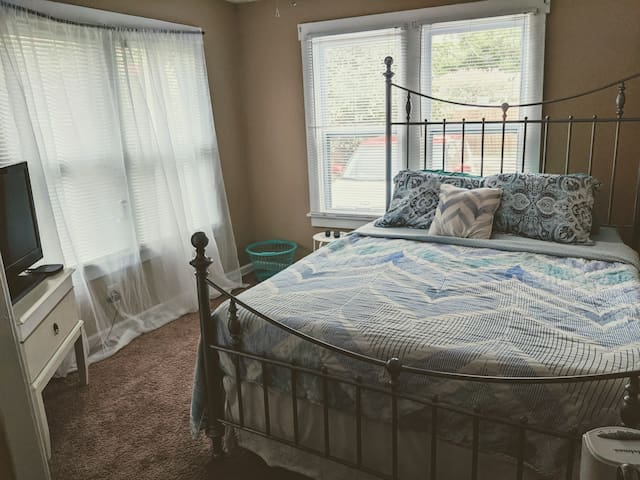 Comfy Bed :) Close to Downtown and Airport!