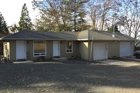 Private,quiet,cozy 1 bedroom guest house near park - Medford