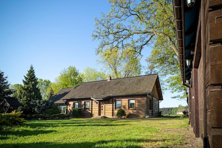 Klimatyczny drewniany dom  przy Stajni Gajewniki
