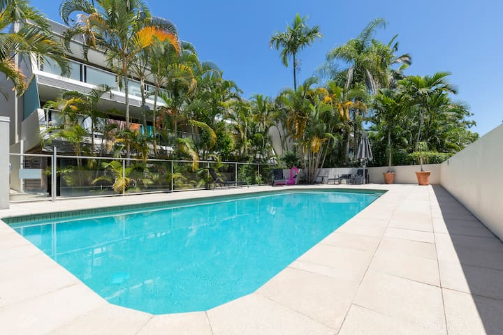 Boutique retreat, STROLL TO NOOSA BEACH WITH POOL