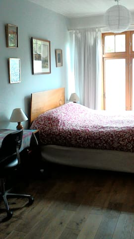 King size bed in large bright Room. Own  bathroom. - Monkstown - Bed & Breakfast