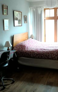 King size bed in large bright Room. Own  bathroom. - Monkstown - ที่พักพร้อมอาหารเช้า