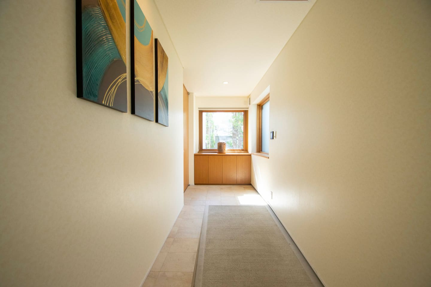 Open the door and go through a long and elegant slope. It is completely barrier-free home.
