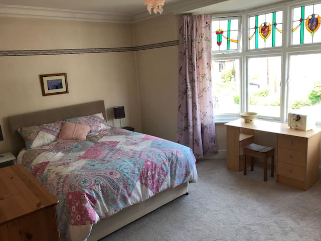 Large room,king size bed,close to Uni, sea, parks