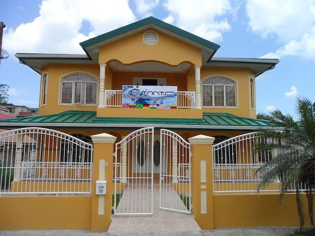 Guest House de Primera en Trinidad H1 - San Fernando - Dům