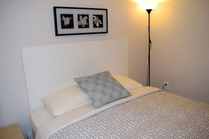 Modern studio in Hamtramck, queen bed - Hamtramck - Boutique-hotell