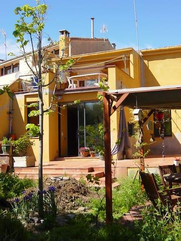 Habitación en una casa con encanto. 3 min centro - Terrassa - Casa