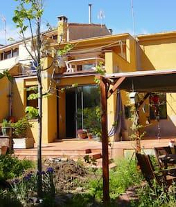 Habitación en una casa con encanto. 3 min centro - Terrassa - Haus