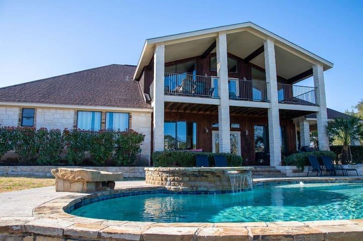 Bella Vista- Private Pool, Hot Tub with a Billiards Game Room!