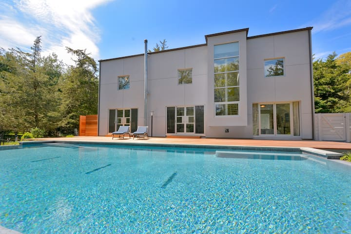 cool modern E Hampton , avail summer ,4 nite min