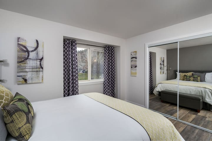 Modern Decor, Newly Remodeled Apartment w/Patio and Laundry in-Unit!