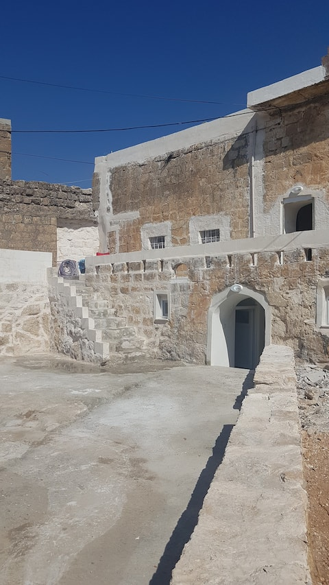 بيت تاريخي بجوار بيت الضيف
