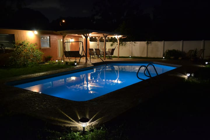 Cozy, Rustic Pool Home Near Tampa Int'l Airport