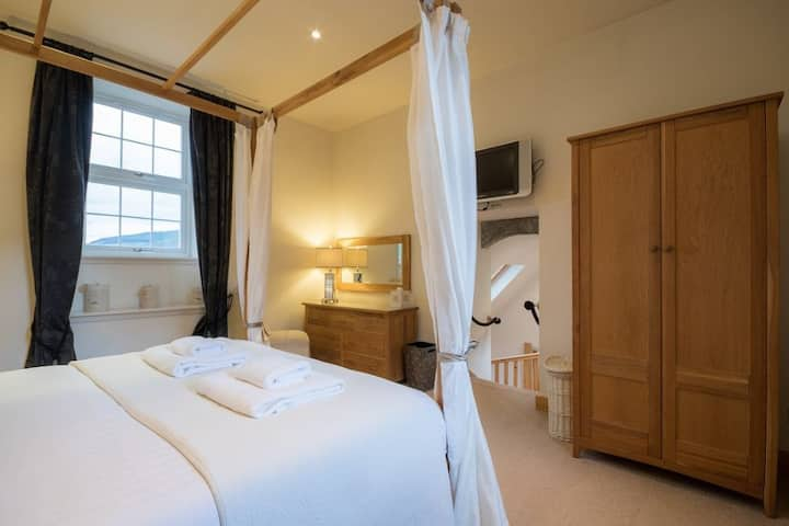Mains of Taymouth, Kenmore - 5* Bell Tower sleeps 2 with four poster bed and sauna