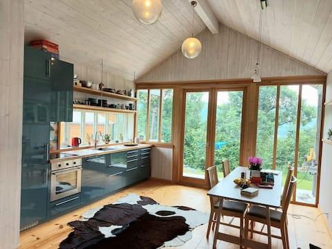 Lyst og luftig gjestehus med fjell og fjordutsikt
