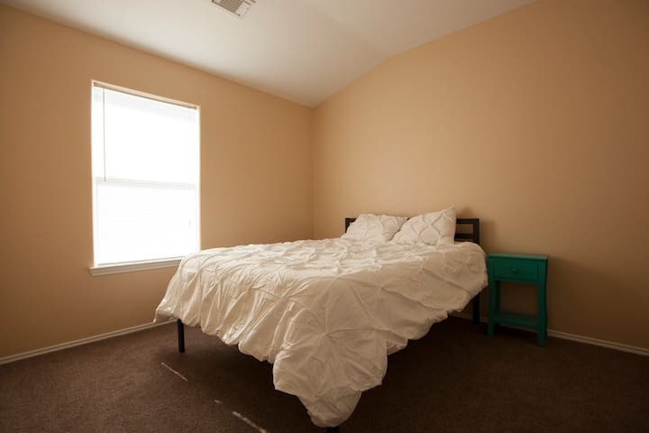 Clean & comfortable place close to the airport!